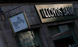 Le Royaume-Uni a annoncé lundi qu'il lancerait un processus de cession d'actions Lloyds aux particuliers dans les 12 mois à venir. Lloyds a été renfloué par un plan de sauvetage de 20 milliards de livres (28 milliards d'euros) pendant la crise de 2007-2009 qui a placé l'Etat en position d'actionnaire à 41%. L'Etat en détient encore 19%, ce qui représente environ 12 milliards de livres.  /Photo d'archives/REUTERS/Andrew Winning