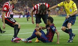 Neymar é repreendido por jogadores do Athletic Bilbao após drible. 30/5/15 REUTERS/Gustau Nacarino