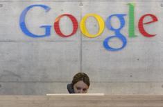 Una empleada contesta el teléfono en una oficina de Google en Zúrich, Suiza, 18 de agosto de 2009. Google dijo que el 21 por ciento de las contrataciones de profesionales de tecnología fueron mujeres el año pasado, lo que representa un aumento del 1 por ciento en el número total de mujeres que desempeñan funciones técnicas, como parte de los esfuerzos de la compañía de aumentar la diversidad. REUTERS/Christian Hartmann