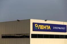 Супермаркет Лента в Москве 3 февраля 2014 года. Гендиректор одного из крупнейших продуктовых ритейлеров Ленты видит ухудшение на рынке ритейла, так как высокая инфляция вынуждает потребителей экономить.  REUTERS/Maxim Shemetov/Files