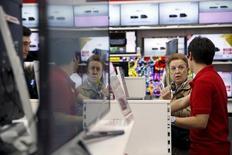 Una mujer habla con una empleada en una tienda de Madrid, el 17 de abril de 2015. Las ventas minoristas de la zona euro subieron en abril, mientras que la tasa de desempleo cayó, según mostraron el miércoles datos de la oficina de estadísticas de la Unión Europea, que se sumaron a otras señales de recuperación económica en el área monetaria. REUTERS/Susana Vera