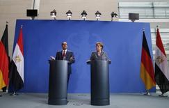 Conférence de presse commune à Berlin du président égyptien Abdel Fattah al Sissi et de la chancelière allemande Angela Merkel à l'occasion de la signature avec l'Egypte d'un contrat de 8 milliards d'euros portant sur la fourniture par Siemens de centrales thermiques et d'éoliennes . /Photo prise le 3 juin 2015/REUTERS/Fabrizio Bensch