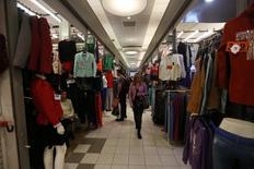 Una mujer camina por una tienda de ropa, en el centro de Montevideo, 20 de agosto de 2014. Los precios minoristas de Uruguay subieron un 0,49 por ciento en mayo respecto a abril, en línea con el 0,48 por ciento previsto por el mercado, debido a un incremento de costos en vestimenta, salud y vivienda, dijo el miércoles el Gobierno. REUTERS/Andres Stapff