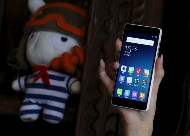 A model displays a newly launched Xiaomi Mi 4i phone in Hong Kong, China May 5, 2015. REUTERS/Bobby Yip
