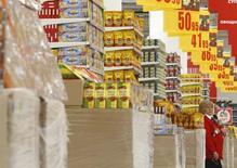 Сотрудница в зале Ашана в Москве 28 ноября 2014 года. Рост потребительских цен в России замедлился в мае до 0,4 процента по сравнению с 0,5 процента в апреле, годовая инфляция по итогам последнего весеннего месяца снизилась до 15,8 с 16,4 процента, сообщил Росстат. REUTERS/Sergei Karpukhin