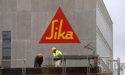 Saint-Gobain a confirmé jeudi ses objectifs annuels ainsi que son projet d'acquisition du contrôle de Sika, malgré l'opposition du chimiste suisse aux intentions du groupe de matériaux de construction. /Photo d'archives/REUTERS/Arnd Wiegmann