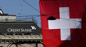 Switzerland's national flag flies in front of the headquarters of Swiss bank Credit Suisse at the Paradeplatz square in Zurich April 21, 2015.  REUTERS/Arnd Wiegmann