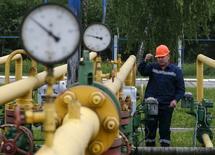 Рабочий ПХГ в Львовской области. 28 мая 2015 года. Украина возобновила импорт газа из Венгрии, остановленный без объяснений 1 мая, сообщила газотранспортная монополия Укртрансгаз. REUTERS/Gleb Garanich