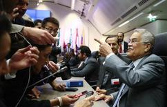 Министр нефти Саудовской Аравии Али аль-Наими общается с журналистами перед заседанием ОПЕК в Вене 5 июня 2015 года. Картель производителей нефти ОПЕК решил сохранить текущий уровень добычи, сообщил министр нефти Саудовской Аравии Али аль-Наими после встречи участников организации в пятницу REUTERS/Heinz-Peter Bader