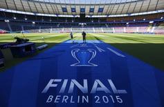 Trabalhadores preparam a logomarca da final da Liga dos Campeões no gramado do Estádio Olímpico de Berlim. 05/06/2015 REUTERS/Pawel Kopczynski