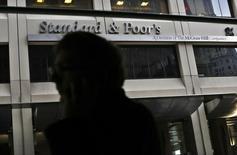 """Un hombre camina junto al edificio de Standard and Poor's (S&P), en el distrito financiero de Nueva York, 5 de febrero de 2013. La agencia S&P subió el viernes la calificación de deuda soberana de Uruguay a """"BBB"""" desde """"BBB-"""" y dejó su panorama estable, basándose en la expectativa de continuidad en las principales políticas económicas en los próximos tres años. REUTERS/Brendan McDermid"""
