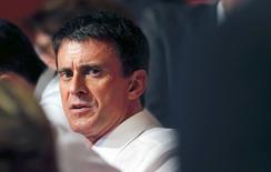 El primer ministro francés, Manuel Valls, dijo que su gobierno seguiría adelante con su programa de reformas en un esfuerzo por impulsar el frágil crecimiento económico del país y acusó a algunos líderes empresariales de fomentar la ansiedad. En la imagen, Valls durante el congreso del Partido Socialista en Poitiers, centro de Francia. 6 junio 2015.  REUTERS/Regis Duvignau