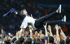 Técnico do Barcelona, Luis Enrique, festejado pelos jogadores. 06/06/2015 REUTERS/Michael Dalder
