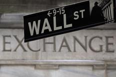 La Bourse de New York a entamé lundi la semaine sur une note indécise, les spéculations sur le calendrier qu'adoptera la Réserve fédérale pour relever les taux continuant de peser sur la tendance alors qu'aucun indicateur ne figure à l'agenda du jour.  Quelques minutes après le début des échanges, le Dow Jones perd 0,06%, le Standard & Poor's 500, plus large, recule de 0,03% et le Nasdaq Composite cède 0,05%. /Photo d'archives/REUTERS/Carlo Allegri