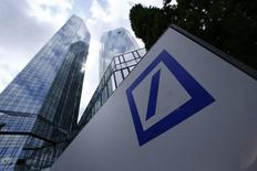 Le siège à Francfort de la première banque allemande Deutsche Bank a été perquisitionné mardi matin par des enquêteurs à la recherche d'informations liées à des transactions boursières effectuées par des clients. /Photo prise le 9 juin 2015/REUTERS/Ralph Orlowski