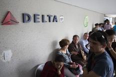 Clientes esperan su turno para ser atentidos, en una oficina de Delta Airlines en Caracas, 7 de julio de 2014. Las aerolíneas tienen 3.700 millones de dólares por venta de pasajes retenidos en Venezuela debido a los controles cambiarios del país sudamericano, dijo el lunes la Asociación Internacional de Transporte Aéreo (IATA, por sus siglas en inglés). REUTERS/Carlos Garcia Rawlins