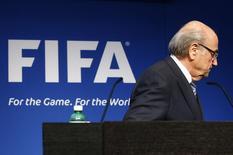 Президент ФИФА Зепп Блаттер уходит с пресс-конференции в штаб-квартире ФИФА в Цюрихе. 2 июня 2015 года. Оказавшаяся в центре коррупционного скандала ФИФА может избрать нового президента на чрезвычайной встрече в Цюрихе 16 декабря, сообщил в среду Би-би-си. REUTERS/Ruben Sprich