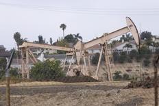 Станки-качалки в Лос-Анджелесе 6 мая 2008 года. Цены на нефть растут за счет снижения запасов в США и повышения прогноза мирового потребления нефти Управлением энергетической информации. REUTERS/Hector Mata