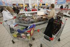 Покупатели в гипермаркете Ашан в Москве. 15 января 2015 года. Рост индекса потребительских цен в России за период со 2 по 8 июня составил 0,0 процента, замедлившись по сравнению с 0,1 процента, наблюдавшимися на протяжении последних шести недель, сообщил Росстат. REUTERS/Maxim Zmeyev