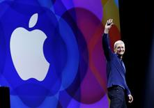 Apple CEO Tim Cook waves as he arrives on stage to deliver his keynote address at Worldwide Developers Conference in San Francisco, California, United States June 8, 2015.  REUTERS/Robert Galbraith