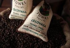 """Muestra de café peruano """"Tunki"""", de la productora de café Sucoticona, en una feria gastronómica en Lima, 10 de septiembre de 2010. La Organización Internacional del Café (OIC) estimó el jueves una producción de café de 141,9 millones de sacos de 60 kilos en la temporada 2014/2015, un 3,3 menos que en la temporada previa.  REUTERS/Pilar Olivares"""