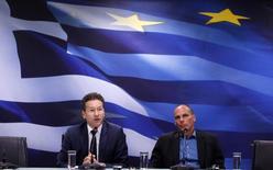 Le président de l'Eurogroupe, Jeroen Dijsselbloem (à gauche), et le ministre des Finances grec Yanis Varoufakis. La chancelière allemande, Angela Merkel, a appelé vendredi la Grèce et ses créanciers internationaux à poursuivre les discussions en vue d'un accord sur l'aide financière et les réformes après l'impasse apparente des pourparlers à Bruxelles, tandis que d'autres dirigeants européens accentuaient la pression sur Athènes. /Photo prise le 30 janvier 2015/REUTERS/Kostas Tsironis