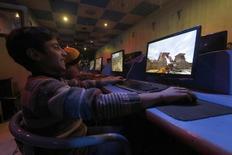 Jovens jogam games em computadores em lan house. 09/01/2015 REUTERS/Hosam Katan