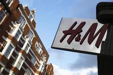 Le géant suédois du prêt-à-porter Hennes & Mauritz a annoncé lundi une progression plus forte que prévu, de 10%, de ses ventes en devises locales en mai par rapport au même mois de 2014. /Photo d'archives/REUTERS/Luke MacGregor