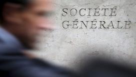 Les secteurs bancaires (-1,6%), ses services financiers (-1,38%) et des assurances (-1,33%) comptent parmi les plus fortes baisses sectorielles en Europe dans l'attente de la conférence de presse de Janet Yellen mercredi à l'issue du comité de politique monétaire de la Fed. Société générale perdait 2,07% vers 12h40 alors que l'indice CAC 40 perdait 1,15%. /Photo d'archives/REUTERS/Christian Hartmann