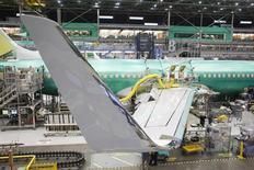 Chaîne d'assemblage de Boeing 737, à Renton, dans l'Etat de Washington. Boeing a dit mardi avoir vendu 100 737 MAX 8 à la société de location d'avions néerlandaise AerCap, une commande qui représente 10,7 milliards de dollars sur la base des prix catalogue. /Photo d'archives/REUTERS/David Ryder
