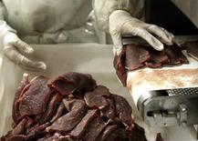 Açougueiro corta carne em abatedouro de São Paulo. 09/09/2005 REUTERS/Paulo Whitaker