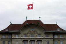 La Banque nationale suisse (BNS) a laissé jeudi sa politique monétaire inchangée en précisant qu'elle resterait active sur le marché des changes pour faire baisser le franc. /Photo prise le 16 avril 2015/REUTERS/Ruben Sprich