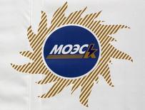 Логотип МОЭСК. Москва, 28 февраля 2012 года. Входящая в энергохолдинг Россети МОЭСК подписала соглашения о сотрудничестве с Газпромбанком и ВТБ, причем с последним - еще и два пятилетних кредитных соглашения на сумму 10 миллиардов рублей. REUTERS/Sergei Karpukhin