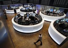 Les Bourses européennes se sont retournées à la hausse jeudi après-midi dans le sillage de Wall Street, le rebond de l'indice Philly Fed ayant été plus fort que prévu en juin et l'indice des indicateurs avancés américains ayant nettement progressé en mai. A 16h18, l'indice CAC 40 gagne 0,21% et la Bourse de Francfort prend 0,44%. /Photo d'archives/REUTERS/Ralph Orlowski