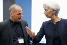 La directrice générale du Fonds monétaire international (FMI), Christine Lagarde, et le ministre grec des Finances, Yanis Varoufakis. Le FMI a privé jeudi la Grèce de tout espoir d'éviter un défaut à la fin du mois si elle ne lui rembourse pas 1,6 milliard d'euros, entretenant une guerre des nerfs avec un gouvernement grec qui maintient son discours de fermeté face aux exigences des créanciers. /PHoto prise le 18 juin 2015/REUTERS/François Lenoir