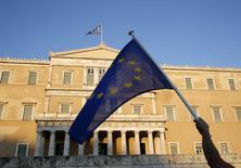 Una bandera de la Unión Europea frente al Parlamento Europeo en Atenas, jun 18 2015. Los líderes de la zona euro se reunirán el lunes a las 1700 GMT para discutir sobre el estancamiento de las conversaciones con Grecia para llegar a un acuerdo de financiamiento a cambio de reformas económicas, dijo un funcionario de la Unión Europea. REUTERS/Yannis Behrakis