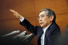 Le gouverneur de la Banque du Japon Haruhiko Kuroda. La BoJ a maintenu vendredi sa politique monétaire inchangée et son avis positif sur l'économie, estimant que la croissance prendra suffisamment de vigueur pour porter l'inflation à l'objectif de 2% sans stimulant monétaire supplémentaire. /Photo prise le 19 juin 2015/REUTERS/Thomas Peter