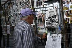 Un hombre lee un diario con una portada del primer ministro griego, Alexis Tsipras, en Atenas, el 18 de junio de 2015. Habrá una solución a la crisis de la deuda griega que permitirá al país volver al crecimiento y continuar en la zona euro, dijo  el viernes el primer ministro griego, Alexis Tsipras, en un comunicado. REUTERS/Alkis Konstantinidis