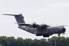 Airbus s'apprête à reprendre les livraisons de l'avion de transport militaire A400M, suspendues depuis un accident survenu le 9 mai près de Séville, une décision faisant suite à la levée des dernières restrictions de vol imposées par les autorités espagnoles aux avions de série nouvellement produits. /Photo prise le 13 juin 2015/REUTERS/Pascal Rossignol