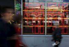 Табло пункта обмена валюты в Москве. 5 июня 2015 года. Рубль растет утром понедельника в преддверии пика июньских налоговых выплат и на фоне восстановления нефтяных цен, в фокусе внимания сохраняющаяся интрига вокруг греческого долга, судьба которого будет рассматриваться на сегодняшней встрече руководителей стран еврозоны, ЕЦБ и МВФ. REUTERS/Sergei Karpukhin