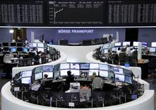 Operadores trabajando en la Bolsa de Fráncfort, Alemania, 22 de junio de 2015. Las bolsas europeas abrieron el viernes con fuertes ganancias por las esperanzas de que se alcance un acuerdo en la crisis de la deuda de Grecia y por una nueva oferta de compra en el sector de las telecomunicaciones europeas. REUTERS/Stringer