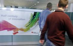 Texas Instruments au rang des valeurs à suivre à la Bourse de New York. Le fondeur américain pourrait être le prochain fabricant de semi-conducteurs à lancer une acquisition de grande ampleur sur un marché en pleine consolidation, selon des banquiers et des analystes. /Photo d'archives/REUTERS/Eric Gaillard