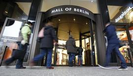 Personas entrando en un centro comercial de Berlín, 10 de diciembre de 2014La economía alemana tuvo un buen inicio del segundo trimestre y los indicadores apuntan a que la mejoría continuará, pese a sondeos que mostraron que la confianza entre las empresas y los inversores se ha deteriorado, dijo el lunes el Ministerio de Finanzas. REUTERS/Fabrizio Bensch