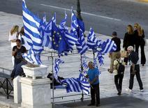 Vendedor ambulante com bandeiras da Grécia e da UE, em Atenas. 22/06/2015 REUTERS/Yannis Behrakis