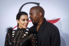 Kim Kardashian chega com Kanye West para premiação de moda em Nova York.  1/6/2015.  REUTERS/Lucas Jackson