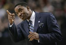 New York Knicks head coach Isiah Thomas points to a malfunctioning scoreboard during their NBA basketball game against the Portland Trail Blazers in Portland, Oregon, in this February 1, 2008 file photo. REUTERS/Richard Clement/Files