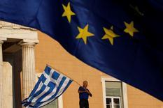 Manifestation devant le Parlement grec lundi à Athènes. Des voix se sont élevées mardi au sein de la coalition au pouvoir en Grèce pour dénoncer les concessions proposées par le gouvernement d'Alexis Tsipras aux créanciers du pays dans l'espoir d'obtenir le versement d'une aide financière. /Photo prise le 22 juin 2015/REUTERS/Yannis Behrakis