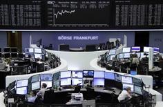 Les Bourses européennes gagnaient pour la plupart encore 1% mardi à mi-séance, évoluant à un pic de trois semaines, toujours portées par les espoirs d'une résolution du dossier grec. Le CAC 40 gagne 1,25% à 5.061,22 points vers 10h55 GMT. À Francfort, le Dax prend 1,04% et à Londres, le FTSE avance de 0,24%. L'indice paneuropéen FTSEurofirst 300 gagne 1,23% et l'EuroStoxx 50 de la zone euro 1,16%.  /Photo prise le 23 juin 2015/REUTERS/Remote/Staff