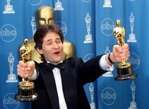 """El compositor James Horner con los dos Oscar logrados por su trabajo en Titanic. El compositor de Hollywood James Horner, que ganó el Oscar por su popular canción """"My Heart Will Go On"""" de la película """"Titanic"""", murió en un accidente de avioneta en el sur de California, informaron medios estadounidenses. REUTERS/Blake Sell/Files"""