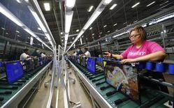 La croissance du secteur manufacturier des Etats-Unis a ralenti en juin, pour le troisième fois d'affilée, au rythme le plus faible depuis octobre 2013, suivant l'indice Markit des directeurs d'achats (PMI). /Photo d'archives/REUTERS/Chris Keane